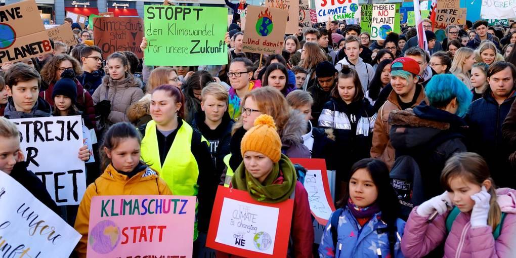 Streikende Schüler*innen und Studierende auf dem Luisenplatz bei FridaysforFuture am 15.02. Foto: Andreas Kelm (Darmstädter Echo)